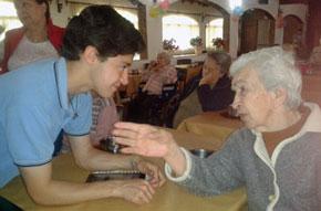 Los alumnos del Santiago Apóstol charlaron animadamente con los abuelos.