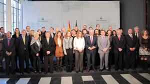 Foto de familia de la presidenta de la Junta con los miembros del Consejo de Comunidades Andaluzas.