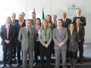 La secretaria general de Acción Exterior, Sol Calzado, y el resto de altos cargos de su departamento posan con los vocales por la emigración en el Consejo de Comunidades Andaluzas.