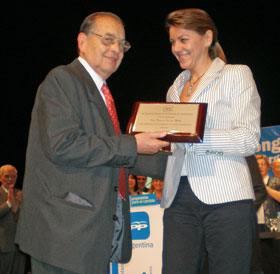 De Cospedal le entregó a García Melle una plaqueta de reconocimiento a su labor durante el último Congreso del PP en Argentina.