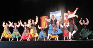 El Grupo juvenil de baile Virgen del Camino, del Centro.