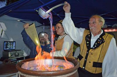Preparando la queimada el Día de la Hispanidad.