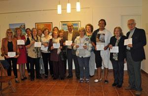 Los socios que expusieron sus obras con Hugo Soto, tercero por la derecha, recibieron un reconocimiento del Centro Balear.