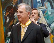 El embajador Román Oyarzun le impone la medalla a Guillermo Ambrogi.