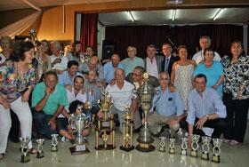 Jugadores del Centro Pontevedrés con los trofeos conseguidos.