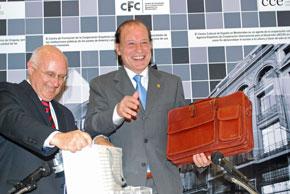 El presidente de AEGU, Héctor Álvarez, entregó un obsequio al homenajeado, Celso Domínguez.