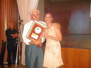 Vanesa Galdo junto a Juan Fernández Lidueña al recibir la distinción Al-Ándalus.