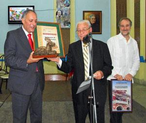 Cándido Padrón recibió el 'Bardino Canario' de manos de Carmelo González ante el embajador Juan Francisco Montalbán.