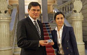 La consejera de Hacienda, Dolores Carcedo, le entregó el proyecto de presupuestos para 2014 al presidente de la Junta General del Principado, Pedro Sanjurjo.