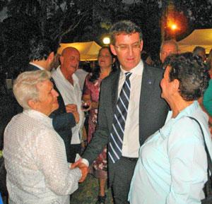 Alberto Núñez Feijóo dialogó con los emigrantes que acudieron a la recepción en la residencia del embajador.