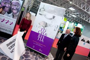 La consejera de Cultura y Turismo, Alicia García, descubrió el cartel de 'Eucharistía' en la presentación que se hizo en Intur.