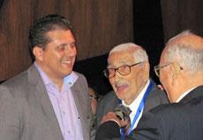 El presidente de Caballeros de Santiago, Santiago Campo, y el homenajeado Manuel Cima Durán.