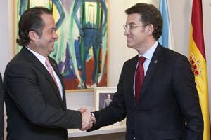 Alberto Núñez Feijóo felicita Juan Carlos Escotet, presidente de Banesco.