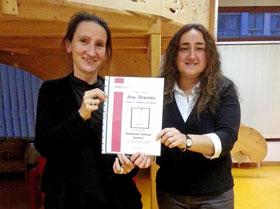 Béatrice Cortellini, izquierda, recibió el premio de manos de Ana Armas.