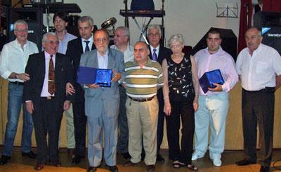 Los premiados exhiben con orgullo las plaquetas con las que Fuagra los distinguió por su trayectoria en la colectividad gallega.