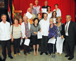 Los galardonados con el embajador, en el centro, el cónsul general, izquierda, y el presidente del CRE, derecha.