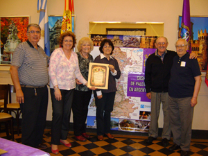 Iluminada Fernández (2ª por la izquierda) junto a socios y amigos de la institución.
