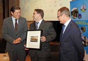 El presidente del Principado, Javier Fernández; el socio de honor 2013 de la Asociación Compromiso Asturias XXI, Amador Menéndez, y el presidente de la asociación, Diego Canga.