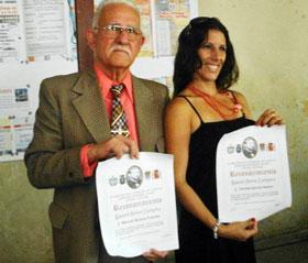 Manuel Álvarez y Yamilé García con el Reconocimiento 'Manuel Curros Enríquez'.