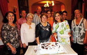 Los socios que cumplieron años con la cónsul Laura López, primera por la derecha.