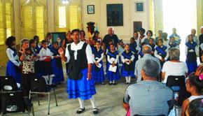 Un coro infantil interpretó el himno gallego.