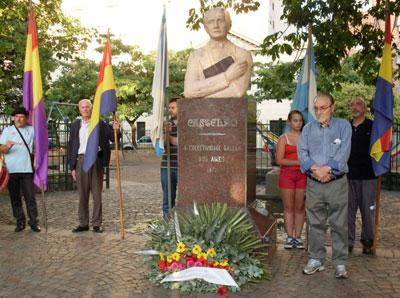 Francisco Lores, a la derecha del busto a Castelao en el acto celebrado en la plaza que lleva su nombre.