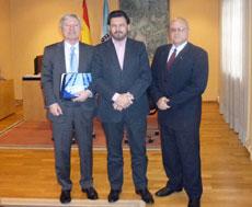 Alejandro Rubín, director de Xantar, Antonio Rodríguez Miranda, secretario xeral da Emigración de la Xunta de Galicia, y José Antonio Solana Fernández, cónsul general de la República de Cuba en Galicia.
