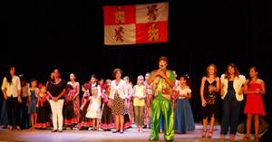 El desfile final de los distintos intervinientes en el Festival  Infantil de la Agrupación de Sociedades Castellanas y Leonesas.