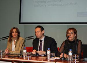 La presidenta de la Federación Española de Asociaciones de Emigrantes Retornados (Feaer), Eva Foncubierta, el consejero de Presidencia, Guillermo Martínez, y la director general de Emigración, Begoña Serrano.