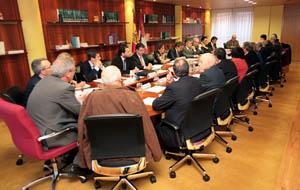 Imagen de la reunión del Consejo de la Emigración de Castilla y León que presidieron el consejero José Antonio de Santiago-Juárez y la directora general de Relaciones Institucionales y Acción Exterior, María de Diego (en el centro, a la izquierda).