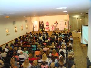Un aspecto del salón José Pérez Pinar del Centro durante la charla del doctor Ruffini y la periodista Mariló López Garrido.