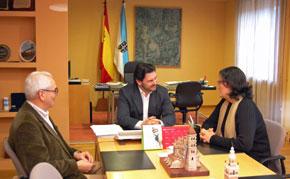 Antonio Rodríguez Miranda, en el centro, recibió en su despacho a los miembros de la directiva de la Casa de Galicia de Córdoba.