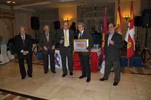 El consejero Leandro Esteban recibió la placa de manos de su padre, socio fundador.