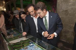 Núñez Feijóo observa en Noia los productos oficiales diseñados por la empresa Platacero para la FIFA World Cup Brasil 2014.