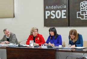 Víctor Bellido, Clara Aguilera y Micaela Navarro en la reunión del grupo de trabajo.