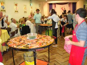 La paella elaborada por José Torres y familia siempre concita una gran expectación en estas reuniones de verano.