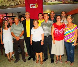 La nueva Junta Directiva, al centro el presidente Raul Parrado y delante de él, la emigrante y vicepresidenta, Lida Librán.
