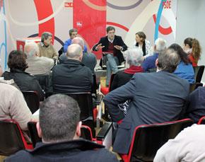 El secretario general del PSdeG, José Ramón Gómez Besteiro, en el centro, en la reunión con los afectados.
