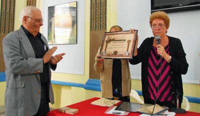 El director de la Oficina de Asuntos Históricos del Consejo de Estado de la República de Cuba, Eugenio Suárez, fue el encargado de recoger de manos de Juan C. Fernández el título de 'Socio de Honor otorgado a Fidel Castro Ruz.