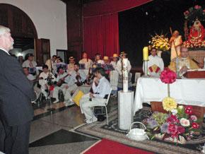 A la izquierda, en primer plano, el cónsul general de España en Venezuela, y al fondo el grupo folclórico del Hogar Canario.