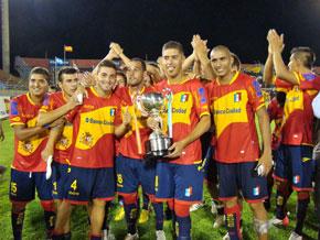 Los jugadores del Deportivo Español con la copa y vistiendo las nuevas camisetas.