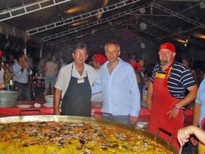 Miembros de la colectividad española junto al diputado nacional Héctor Baldassi (centro).