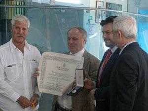 Manuel Fajín Recarey, presidente de la Hermandad Gallega de Valencia, en el momento de recibir la Medalla de Honor de la Emigración.