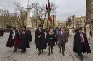 Las autoridades encabezaron el desfile de los pendones por las calles del centro de Sevilla.