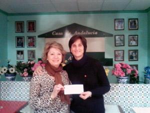 Imagen del acto de entrega del cheque de la Casa de Andalucía a Cáritas.