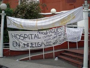 La entrada del hospital permanece cubierta de pancartas con los reclamos de los trabajadores.