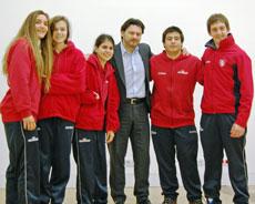 Antonio Rodríguez Miranda con algunos de los jóvenes del Estadio Español.