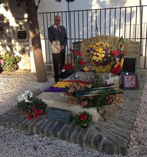 El consejero Luciano Alonso ante la tumba de Antonio Machado en Colliure.