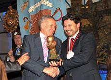 Antonio Rodríguez Miranda le entregó el Trofeo de la Galleguidad 2014 al presidente de Hércules de Ediciones, Francisco Rodríguez Iglesias.