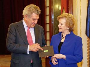 La defensora del pueblo, Soledad Becerril, entregó al presidente del Congreso el informe correspondiente al año 2013.